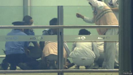 警员和医务人员在爆炸现场施展救治
