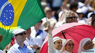 Monjas con una bandera de Brasil