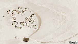 Vista satelital de la duna que está a punto de cubrir la ciudad de Mos Espa