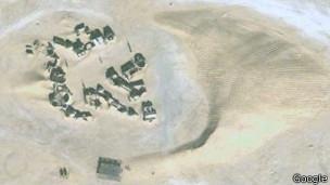 Vista satelital de 2008 de la duna que está a punto de cubrir la ciudad de Mos Espa