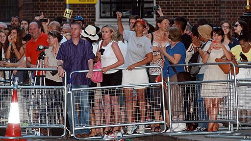 gente frente al hospital