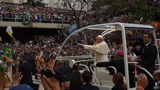 Papa Francisco recorre Rio de Janeiro en su papamóvil
