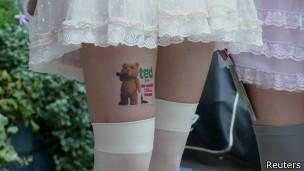 Propaganda nas pernas de garotas japonesas   Foto: Reuters