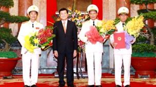 Chủ tịch Trương Tấn Sang và ba tân thượng tướng (ảnh của website Chính phủ)