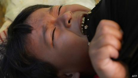 Niña siendo mutilada en Indonesia