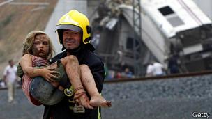 Un bombero ayuda a una herida