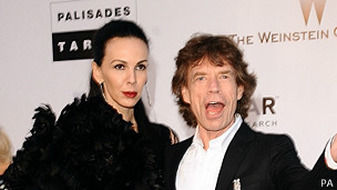 Mick Jagger y estilista L'Wren Scott