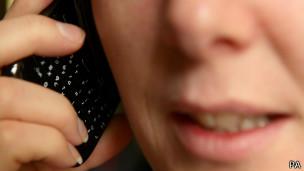 Una mujer habla por celular
