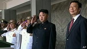 Líder norcoreano, Kim Jong Un y vicepresidente de China, Li Yuanchao, en desfile militar