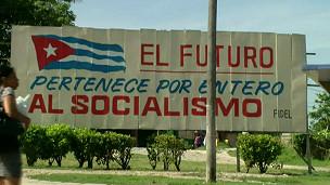 Pancarta socialista en Cuba