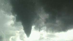 tornado em Milão | BBC