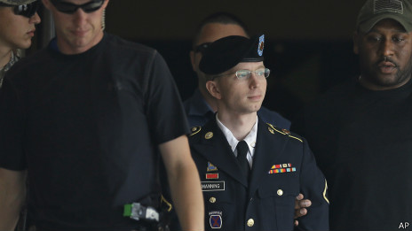 Bradley Manning é levado para fora do tribunal em Fort Meade nesta terça-feira | Foto: AP