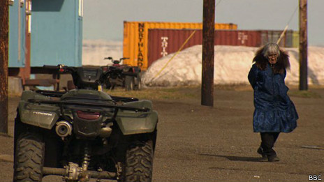 Mulher em Kivalina, no Alasca | Foto: BBC