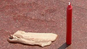 Jornalistas fritaram carne de porco e derreteram parte de uma vela na calçada (BBC)
