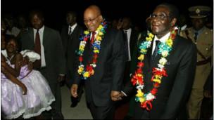 Zuma akikaribishwa na Mugabe alipozuru Harare zamani