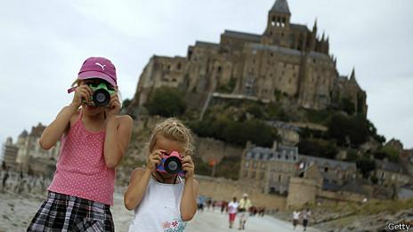 Niñas con cámaras fotográficas en el Monte Saint-Michel