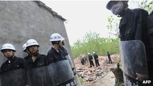 Un grupo de Chengguan, el cuerpo de seguridad urbano de China