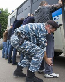 Cảnh sát Nga kiểm tra và bắt giữ người di trú lậu tại Moscow