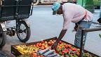 Vendedores de verduras con los alimentos colocados a pocos centímetros de las aguas albañales. (Foto: Raquel Pérez)