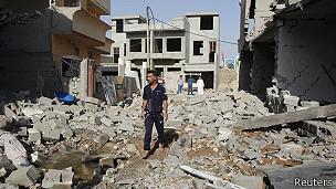 hombre camina entre ruinas en un barrio Bagdad