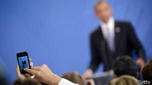 Periodista toma foto de Obama