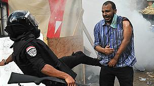 Policía antidisturbios y manifestante