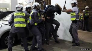 Polícia Militar dispersa manifestantes em São Paulo (foto: Reuters)