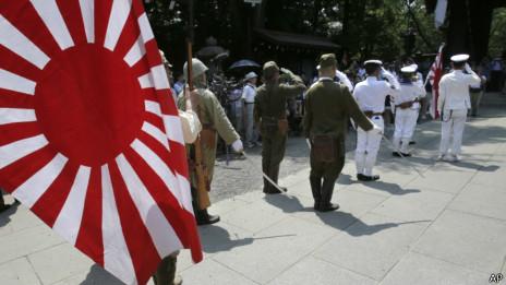 身穿二战旧军装的日本人参拜靖国神社(15/08/2013)