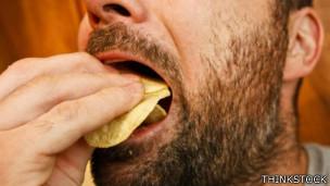 Hombre comiendo papas fritas
