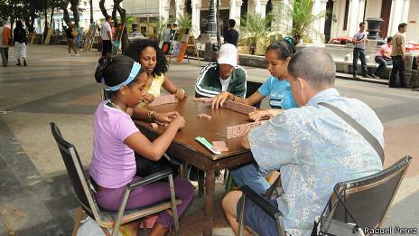Jugando dominó (Foto: Raquel Pérez)