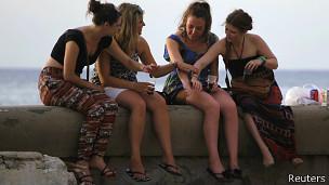 Turistas en el Malecón de La Habana