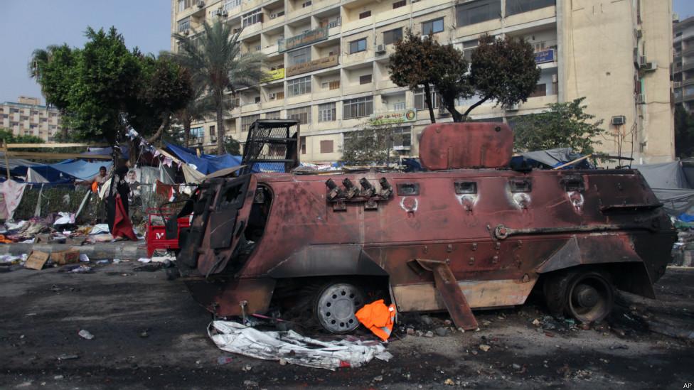 Sebuah kendaraan tentara terbakar, foto oleh Khalil Hamra/AP