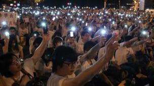网民集结在总统府前抗议