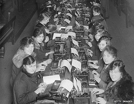 Mujeres con máquinas de escribir