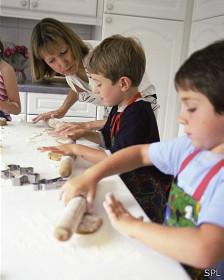 Niños haciendo galletas