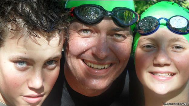 Gavin junto a sus hijos