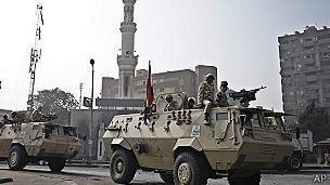 Soldados frente a la mezquita Rabaah al-Adawiya