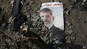 Foto de Morsi entre los escombros