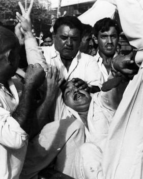 کراچی می ںایم آر ڈی کے ایک کارکن کو حراست میں لیا جا رہا ہے