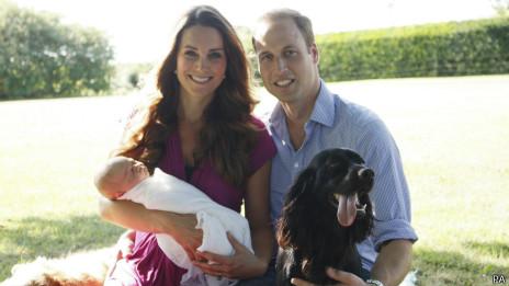 Kate, William e o príncipe George. Foto oficial