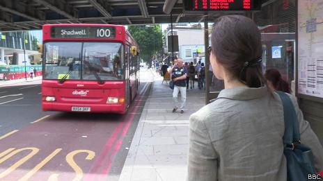 Mônica Vasconcelos pegando ônibus em Londres