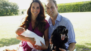 Duques de Cambridge, Kate y William con el príncipe George y su perro Lupo