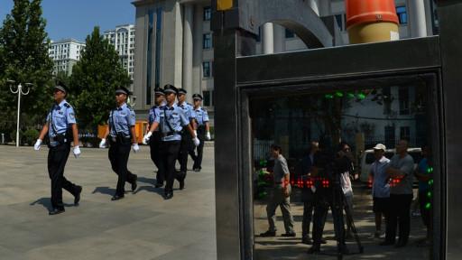 开审薄熙来案前夕,在济南中级法院大门内外。