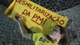 Ativistas fazem protesto contra militarização da polícia (foto: Reuters)