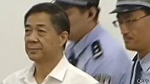 法庭上的薄熙来(中央电视台新闻截屏)