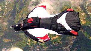 Álvaro Valdés Arribas durante un salto de wingsuit
