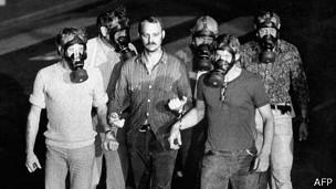 Oficiales de policía con máscaras de gas tras detener a Olsson