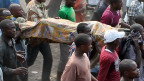 goma_victim_of_mortar_fire_carried_by_crowd_2408_2013