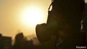 Rebelde con máscara en Damasco