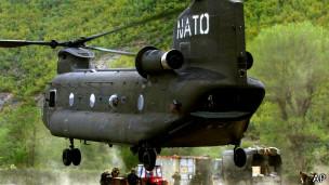 Helicóptero de la OTAN en Kosovo